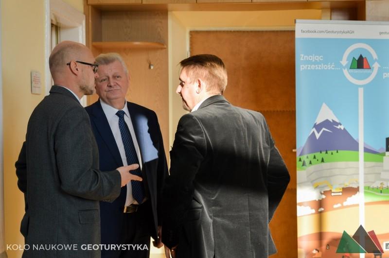 JM Rektor AGH, prof. Tadeusz Słomka, rozmawia z członkami komisji - dr inż. Markiem Łodzińskim i dr inż. Krzysztofem Starcem w trakcie przerwy w konferencji