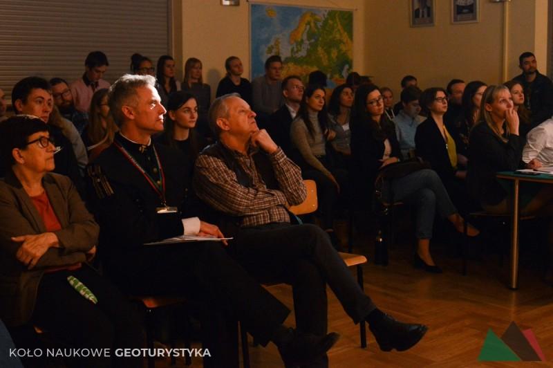 Zasłuchana widownia, na pierwszym planie Pełnomocnik Rektora ds. Kół Naukowych Pionu Górniczego AGH